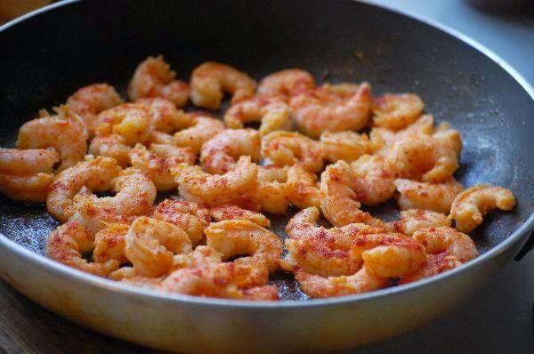Onze Franse Keuken: De perfecte pasta met spicy  garnalen!  300 gram gepelde grote garnalen (crevettes) - 2 eetlepels olijfolie - 1/2 theelepel zout - 1/2 theelepel chilivlokken - 1 theelepel paprikapoeder - 1 ui, gesnipperd - 3 tenen knoflook, klein gesneden - 1 blik tomatenblokjes - 250 ml kippenbouillon - 2 volle eetlepels verse basilicum, fijngesneden (+ exta ter garnering) - 1 eetlepel gedroogde oregano - 100 ml verse room - 130 gram fettucini (of andere