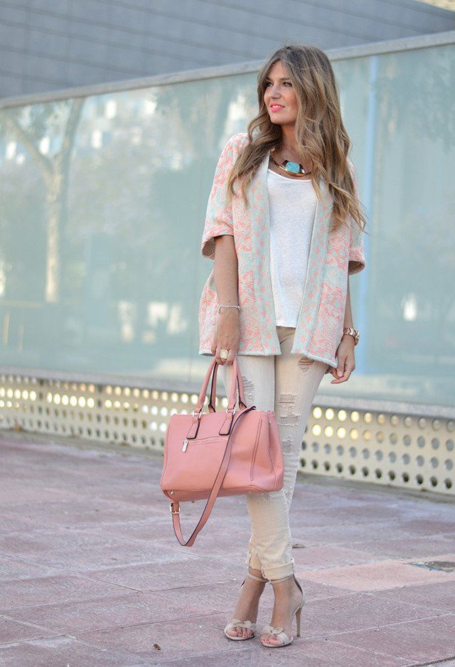 Witte broek en shirt + roze vest met patroon