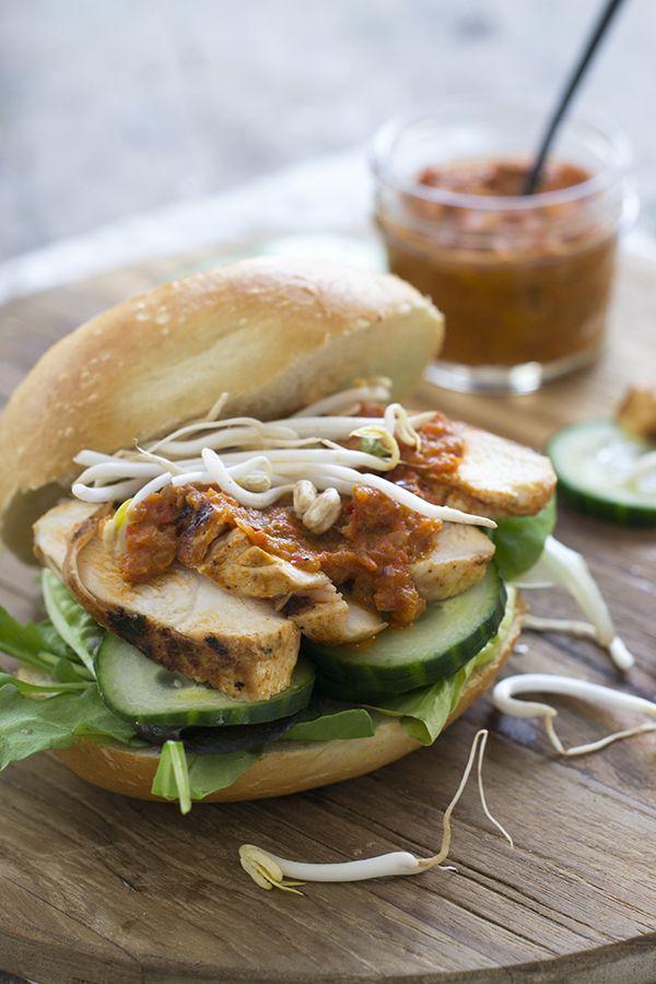 Met dit recept maak je zelf binnen no time een lekker broodje kip klaar. Het is een broodje met pit, namelijk met piri piri saus.