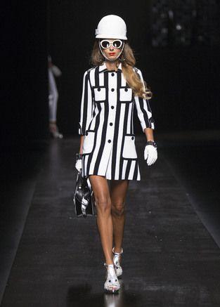 レトロポップなモスキーノ、時代の気分は60年代へ|ミラノ コレクション|ファッショントレンド|シュワルツコフ オンライン