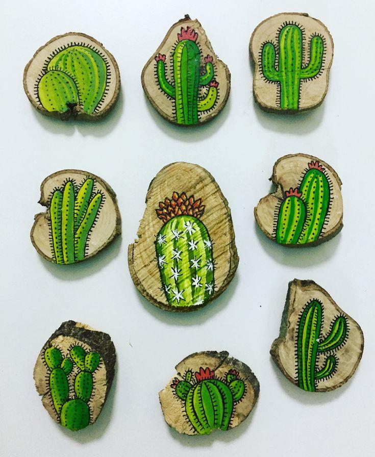 Nuevos imanes de cactus pintados a mano sobre troncos.