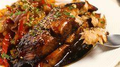 Receta con instrucciones en video: Animate a condimentar como más te guste Ingredientes: 400 gr. de salmón rosado, 1 cdita. de jengibre rallado, 1 taza de azucar morena, 75 cc. de salsa de soya, 2 ajos picados, 1 1/2 cda. de vinagre, 2 cdas. de cilantro, Salteado de vegetales para acompañar., Oliva y pimienta