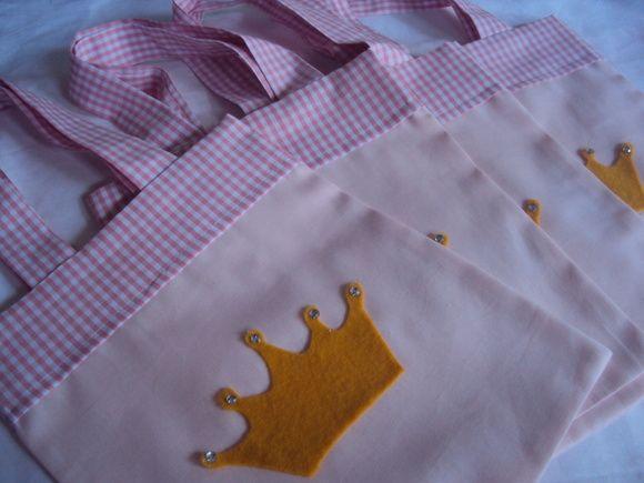 ATENÇÃO: ÚLTIMOS DIAS DA PROMOÇÃO    Sacolinha confeccionadas em tecido de algodão, ideal para colocar doces, balas ou brinquedinhos.  Confecciono em outros tamanhos e cores, consulte!!  O tamanho 23 de altura x 20 de largura é sem as alças com as alças ela fica em média com 38 cm de altura x 20 cm de largura    Pedido mínimo: 15 unidades  ATENÇÃO AO PRAZO DE CONFECÇÃO: O prazo é em média, pode variar de acordo com a quantidade e a demanda de pedidos e é contado a partir da confirmação de…
