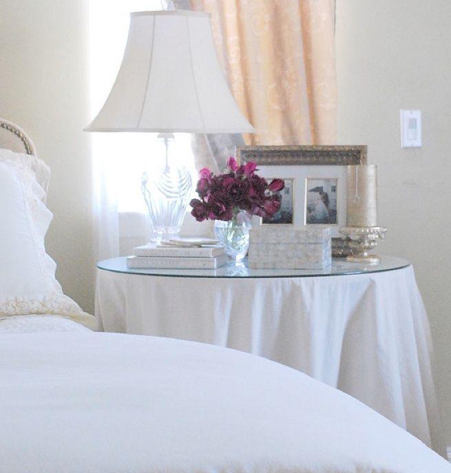 Mesa camilla como mesita de noche para el dormitorio for Mesita noche redonda