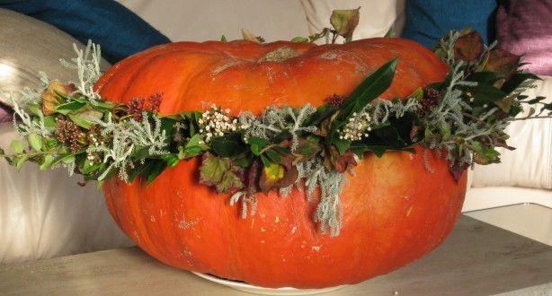 Zeer leuk bloemstuk voor '' de herfst''.  Pompoen uithollen oase op de bodem plaatsen en dan kan men beginnen met het bloemstuk. Men kan het vruchtvlees gebruiken om soep te maken;-)