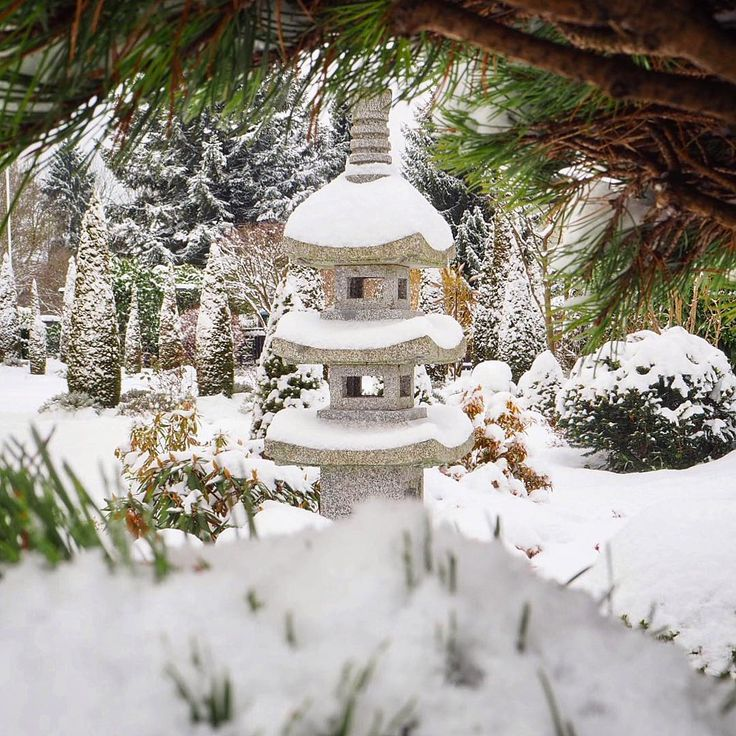 Fresh snow in the Japanese garden #walkinthewoods #germany #munich #deutschland #winterinthegarden #winter #wintermood #winterscape #snow #snowy #zen #japanesegarden #zengarden #pagoda