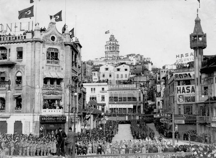 19.11.1938. Karaköy, İstanbul. Atatürk'ün cenazesinin Ankara 'ya Naklinde...