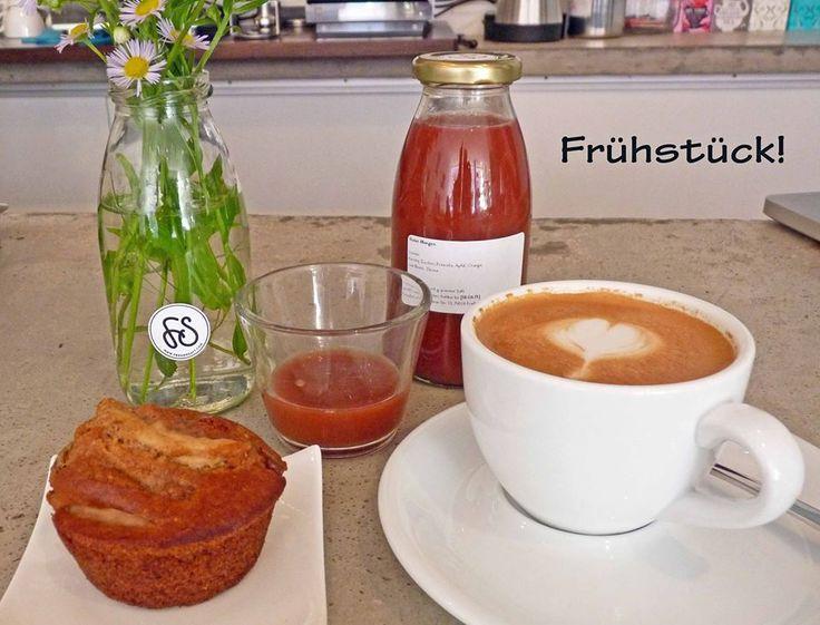 Roter Morgen, Wilde 13 und saftiger Apfel-Muffin! So startet unser Mittwoch. Freuen uns auf euch! #freundsaft #vegan #veganFrühstück #freiburg #cafe #coldpressed