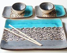 Un arte original para servicio de sushi - este listado está para un sistema de servicio cerámica de 6 piezas que incluye dos platos, dos platos de salsa de soja (cuencos) y descansa de dos…