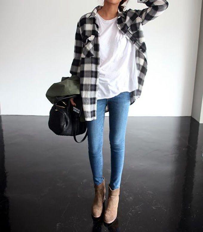 Acheter la tenue sur Lookastic:  https://lookastic.fr/mode-femme/tenues/chemise-de-ville-t-shirt-a-col-rond-jean-skinny-bottines-sac-fourre-tout/1039  — T-shirt à col rond blanc  — Jean skinny bleu  — Bottines en daim brunes claires  — Sac fourre-tout en cuir noir  — Chemise de ville écossaise noire et blanche