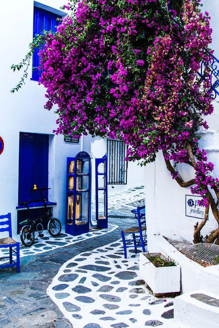 Skiatos by Ira Goleva More//Skiathos est une île grecque de la mer Égée. Administrativement, Skiathos constitue un dème de la périphérie de Thessalie, dans le district régional des Sporades. Elle appartient à l'archipel de ce nom. Wikipédia