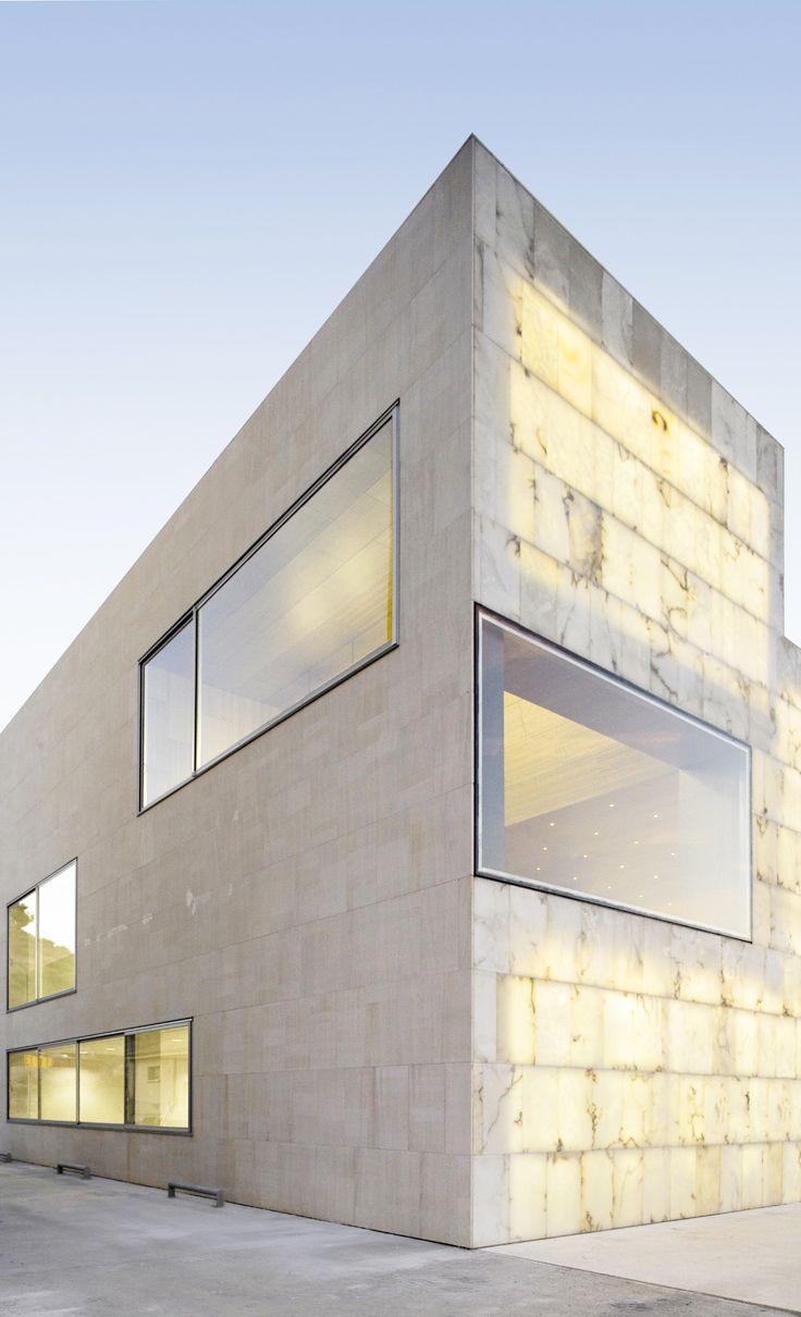 Translucent Stone Facade - Bajo Martin County / Magén Arquitectos
