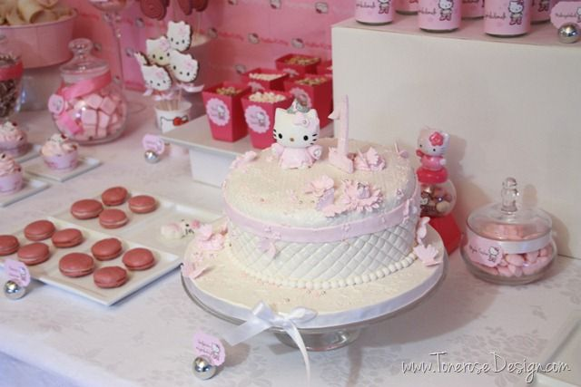 Hello Kitty cake - white marzipan. Rosa barnebursdag - hello kitty kake!