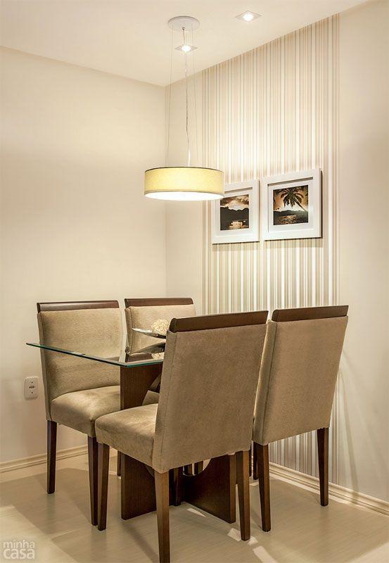 Um papel de parede com listras delicadas – de tom próximo ao da pintura off-white (Precioso Momento, ref. 40YY 83/043, da Coral) – marca presença na cabeceira da mesa de jantar. Mesa e cadeiras: Pendente: Malta, da Tom Luz, com cúpula de tecido (40 cm de diâmetro e 12 cm de altura). Magnani, R$ 402. Toda a área social teve o teto rebaixado com gesso, o que permitiu desenvolver um projeto luminotécnico.