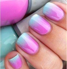 Aplica una base protectora sobre tus uñas. Pinta sobre una esponja los colores que quieras utilizar trazando líneas seguidas o si prefieres pon algo de los esmaltes sobre un papel y moja ahí la esponja. Aplícalo en tus uñas con pequeños toquecitos. Con quitaesmalte y un bastoncillo limpia lo que se haya manchado alrededor de la uña, también puedes poner (antes de empezar) celo alrededor de la uña para evitar que se manchen los dedos. Por último fija con esmalte transparente para dar brillo.