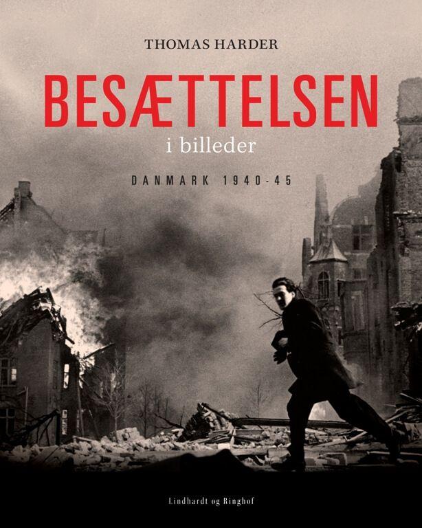 """BESÆTTELSESTIDEN: Thomas Harder kaster med bogen """"Besættelsen i billeder - Danmark 1940-45"""" et nyt lys over besættelsestiden."""