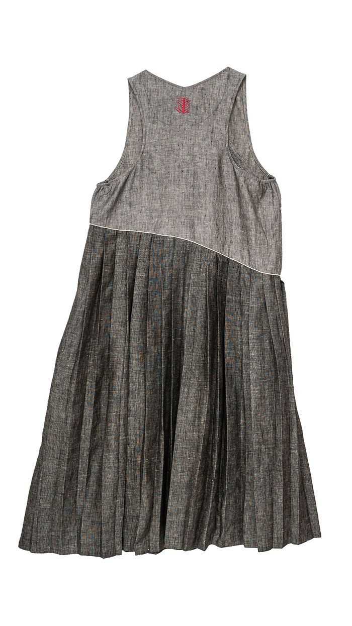 I am curious how this diagonal pleat would lay on the body. It might be lovely.