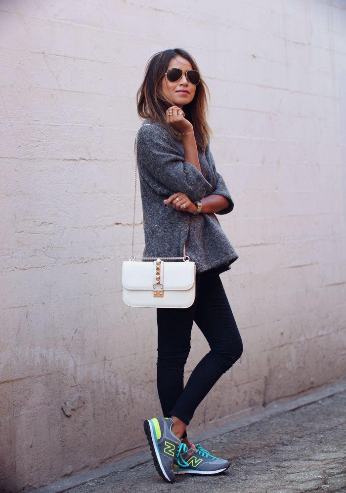 look para el dia, super comoda. calzas, zapatillas, sweter largo y cartera con cadena tipo sobre dandole un toque glam