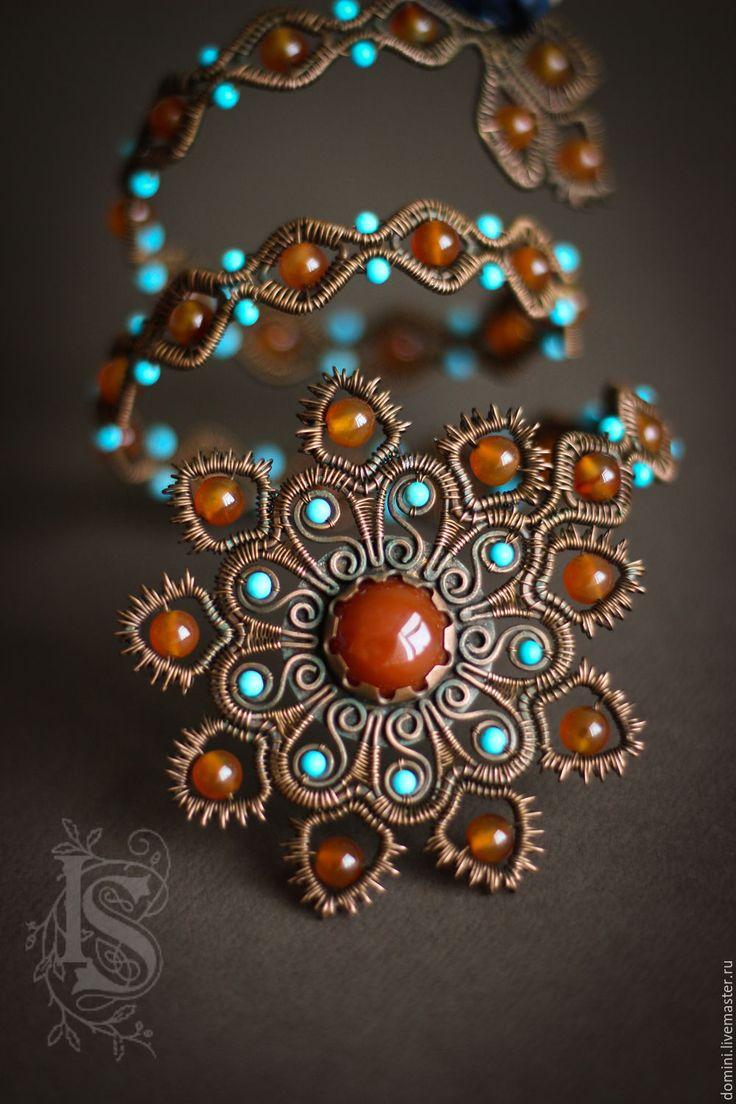 Купить или заказать Браслет 'Марракеш' в интернет-магазине на Ярмарке Мастеров. Браслет в марокканском стиле, в традиционных цветах - оранжевый сердолик и голубая бирюза. Образ навеяли замысловатые узоры мехенди. Ну и, конечно же, прекрасная арабская барышня. Браслет гибкий, но хорошо держит форму. Нужно подгонять его по своей руке, можно носить на плече или на предплечье, переворачивать любой стороной.…