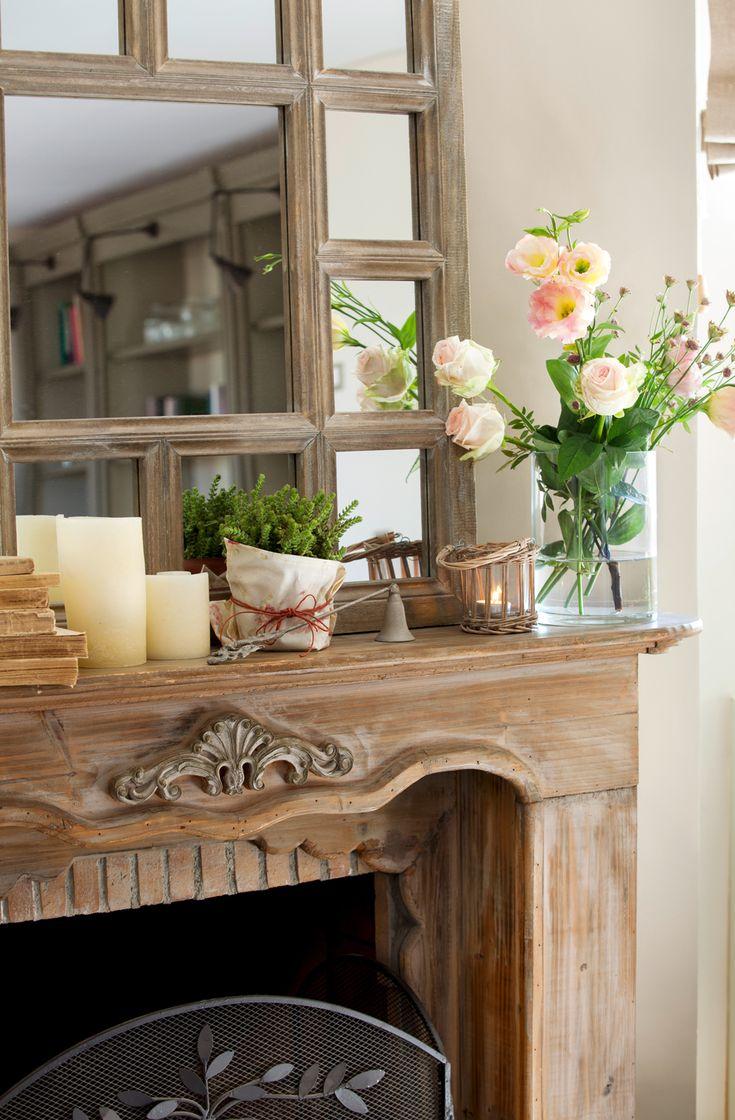 00389642 O. Sobre de chimenea de madera, velas, espejo, florero con flores y planta pequeña 00389642 O