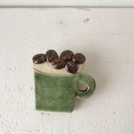 ブローチ コーヒー豆と緑マグ