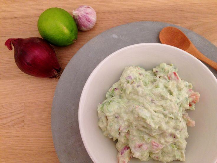 Guacamole. Min opskrift på cremet guacamole med tomat, rødløg, hvidløg, lime og spidskommen. En lækker guacamole fuld af smag uden at være stærk.