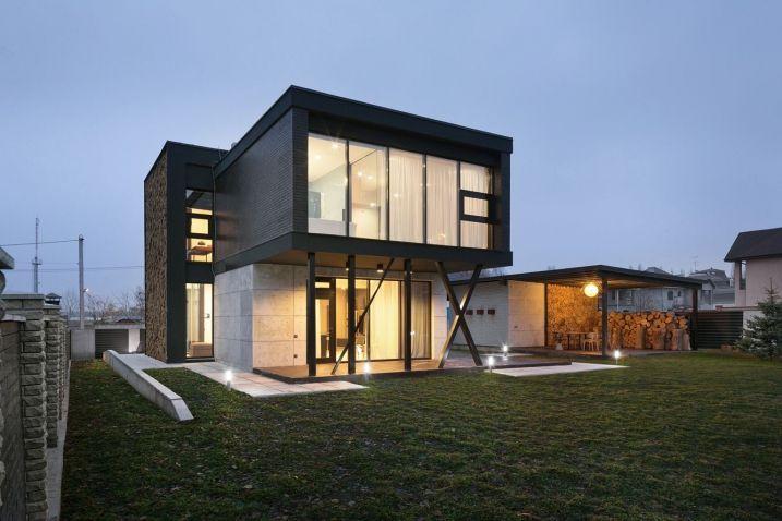 Le cabinet d'architecture Sergey Makhno a achevé, une élégante maison moderne de deux étages qui bénéficie d'une superficie totale de 235 mètres carrés.