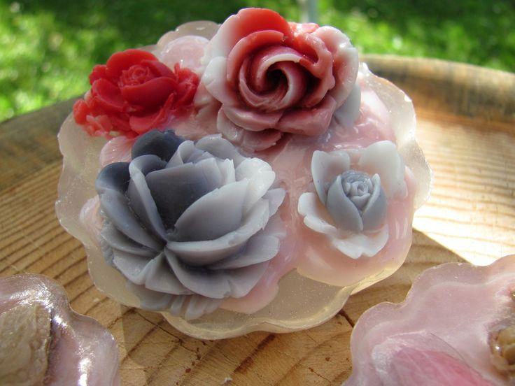 Růže - královna květin Malá růžičková skupinka, která má plno práce a starostí aby se líbila a tak to musí pořádně prodiskutovat. Fialové růžičky jsou jemně fialové a světlejší barvy, bohužel se mi fialovou barvu nepodařilo zachytit. Ozdoba je vhodná pro tělo, ruce i obličej. Vychutnejte si jemnou svěžest. Bohatě pění a na pokožce zanechá jemný ochranný ...