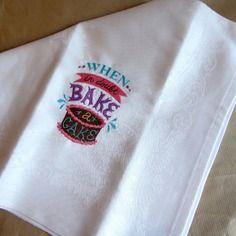 Serviette de table blanche grand format, en coton damassé, brodée gâteau au chocolat