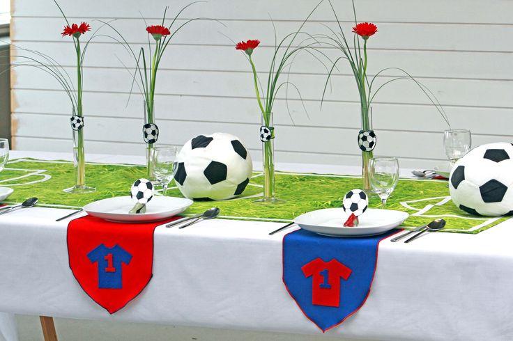 Grønsværen er kommet på bordet med en fotoprintet græsløber. Lav tilhørende kuvertdekorationer i favorit klubbens farver. Fodbold strygemærker og bordkort fuldender temaet - nu er det op til dig at fløjte festen i gang.