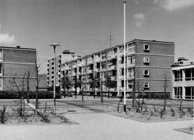 Datering (vanaf): 1964-05-18 Beschrijving: De Albardastraat, gezien vanaf het bruggetje bij de Magnalia Dei kerk, in noordelijke richting. De zevenhoog flat op de achtergrond is één van de vier flats aan de Mgr. Nolenslaan.