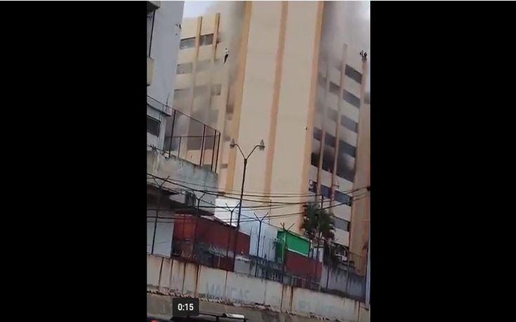 Πηδούσαν από τα παράθυρα φλεγόμενου κτιρίου για να σωθούν