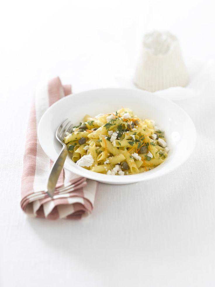 Se cerchi un'interessante rivisitazione della tradizionale carbonara, scopri la ricetta dei garganelli alla carbonara di capperi con ricotta dura di Sale&Pepe.