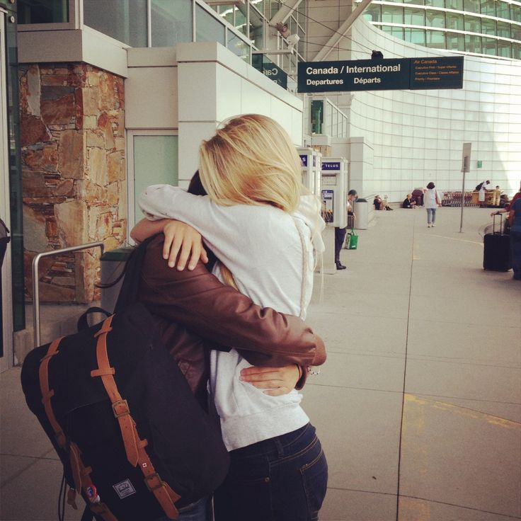 Pareja abrazadas en el aeropuerto