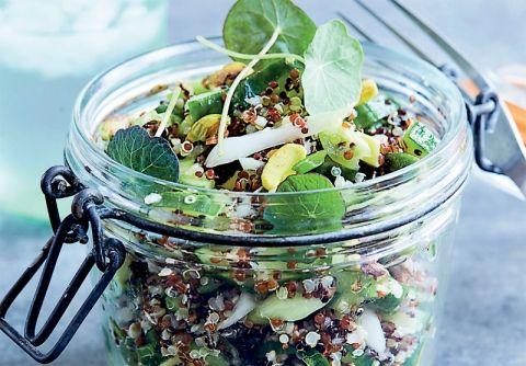 Skøn quinoasalat med avocado, forårsløg og pistacienødder - kan spises alene eller som tilbehør til kød.