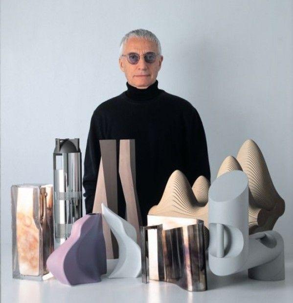 1979. Alessandro Mendini pasa a ser consultor de diseño de la firma. También proyecta la residencia Alessi en Omegna.