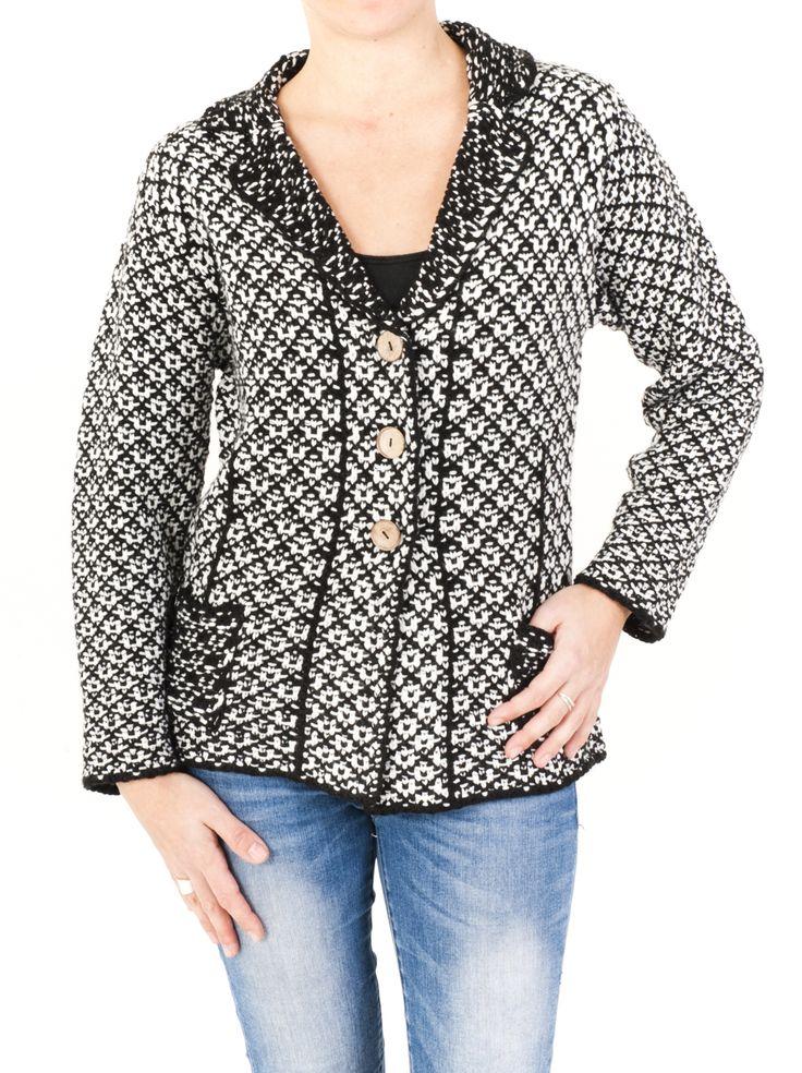 Americana para mujer de punto jacquard, abrochada en 3 botones con dos bolsillos exteriores y disponible en color negro y marrón. Invierno 2014. ¡Cómprala!