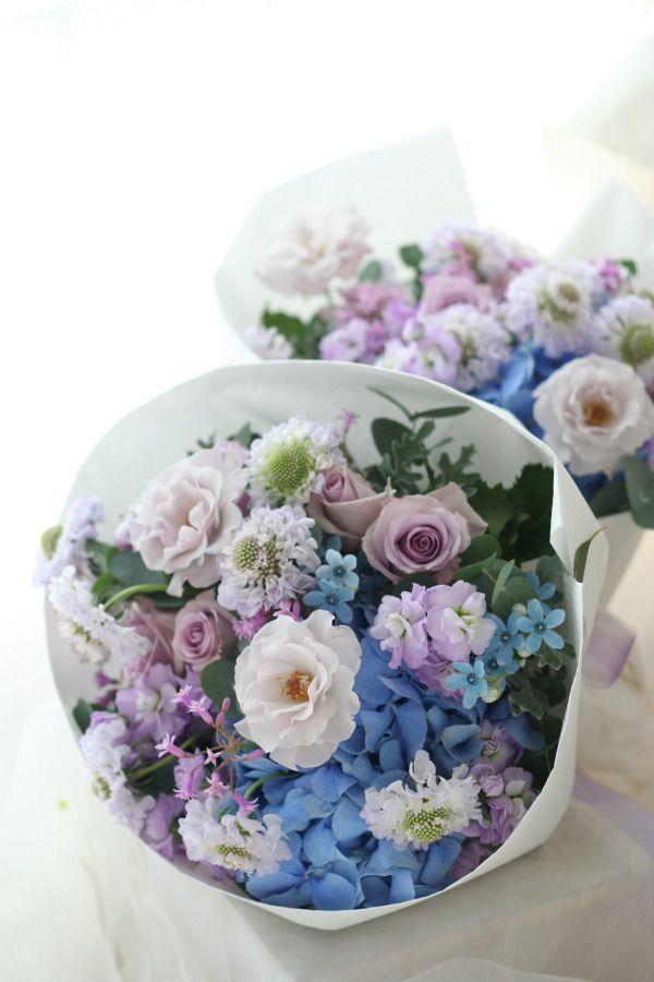 御両親贈呈用の花束です。他に記念品を渡すので、少し小ぶり目のミニブーケ。お母様お二人はそれぞれ青と淡い紫がお好きだとのことで、両方をミックスしました。ひと...