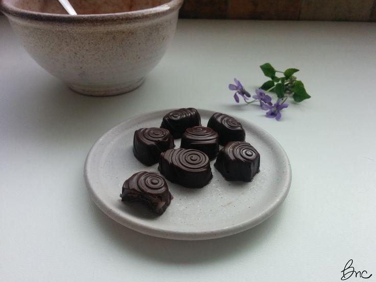 Cioccolatini fondenti con ripieno alla violetta #cioccolato #fondente #cioccolatini