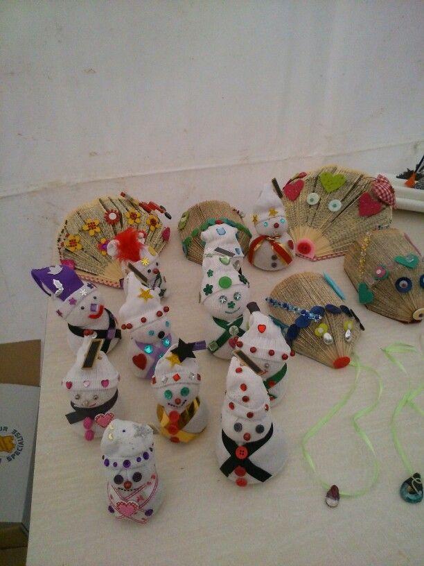 Hérisson et père Noël. Récupération de vieux livres et de chaussettes sans élastique. Atelier création avec les enfants .