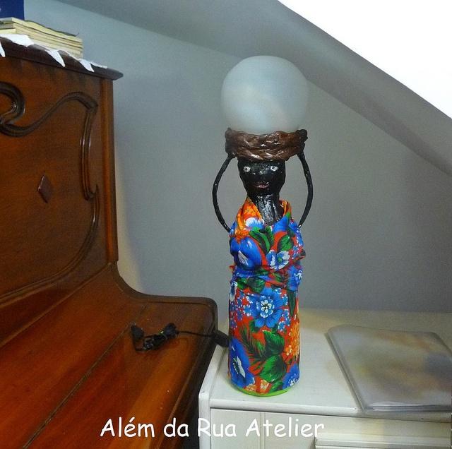 Boneca luminária feita com garrafa pet by ALÉM DA RUA ATELIER/Veronica Kraemer, via Flickr