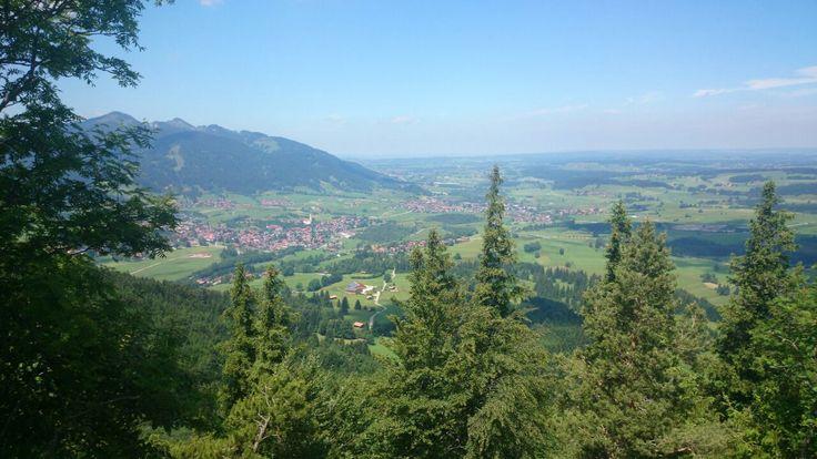 Blick auf Pfronten kurz unterhalb der höchstgelegenen Burgruine Deutschlands #BurgruineFalkenstein #EchtEinladend