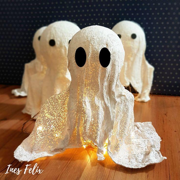 Diese kleinen Geister aus Gipsbinden sind eine wundervolle Halloweendekoration und kinderleicht herzustellen. Weil sie innen hohl sind, könnt ihr sie mit einer Lichterkette versehen oder kleine LED-Kerzen darunter stellen - schon verbreiten die Geister eine wundervoll gruselige Stimmung. Leider sind sie nur drinnen einsetzbar, im Freien machen die Jungs bei Regen schlapp. #geist #inesfelix #halloween #diy #gipsbinden…