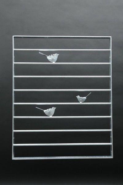 Fenstergitter aus Flacheisen und Rundstahl mit kleinen Vögeln