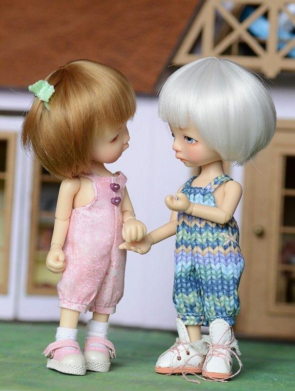 Приветствую всех куклолюбителей и жителей нашей сказочной страны! Настало лето, и я порадовала своих малышей разноцветными летними комбинезончиками. Если они