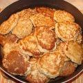 Рыбные оладьи  Вам понадобятся:  500г рыбного филе, 2 яйца, 100г сметаны, 2-3 ст. ложки муки, 1 луковица, 0,5 ч ложки соли, перец.  Приготовление:  Надо пропустить через мясорубку рыбу и лук. Затем добавить в рыбный фарш яйцо, сметану, соль и перец. Всыпать муку, чтобы получилось достаточно густое тесто.  Обжаривать оладьи на среднем огне под крышкой.  Полезная информация:  Если оладьи начнут зарумяниваться, а внутри будут не пропеченными, то надо сделать маленький огонь.