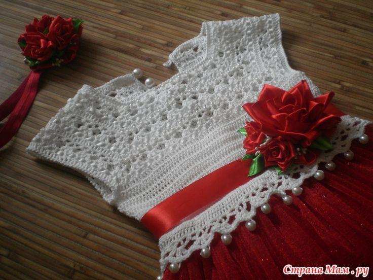 Вязаное платье крючком с юбкой из фатина.
