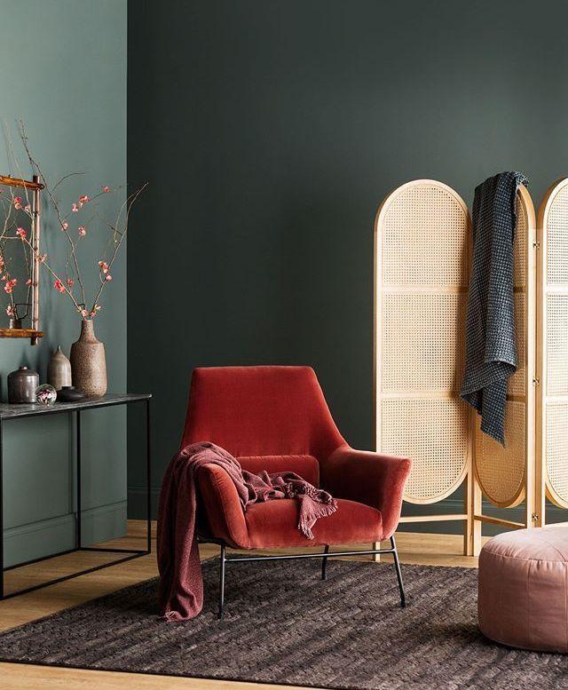 Wohnzimmer mit dunkelgrüner Wand und samtkorallenroter ...