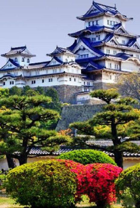 Château d'Himeji au Japon.  c'est l'un des douze seuls châteaux japonais en bois encore existants.Le château a été conçu et réalisé pendant l'époque Nanboku-chō de la période Muromachi. En 1609 le donjon de quatre étages est achevé puis en 1618 Tadamasa Honda fait élever les bâtiments de l'enceinte ouest.