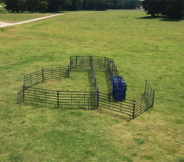 For herds of 35 or less, this corral includes the 180 degree Premier Open Sweep, 32' of alley, and an S04 squeeze chute.